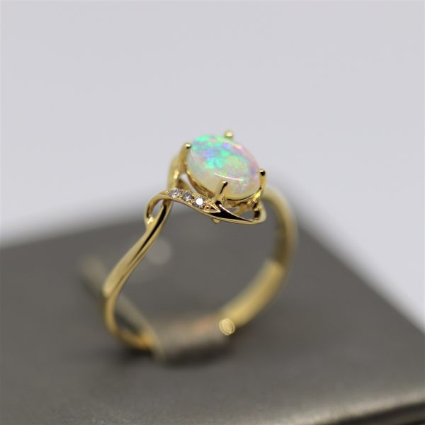 18K Yellow Gold Solid Crystal Oval Opal & Diamonds Ring
